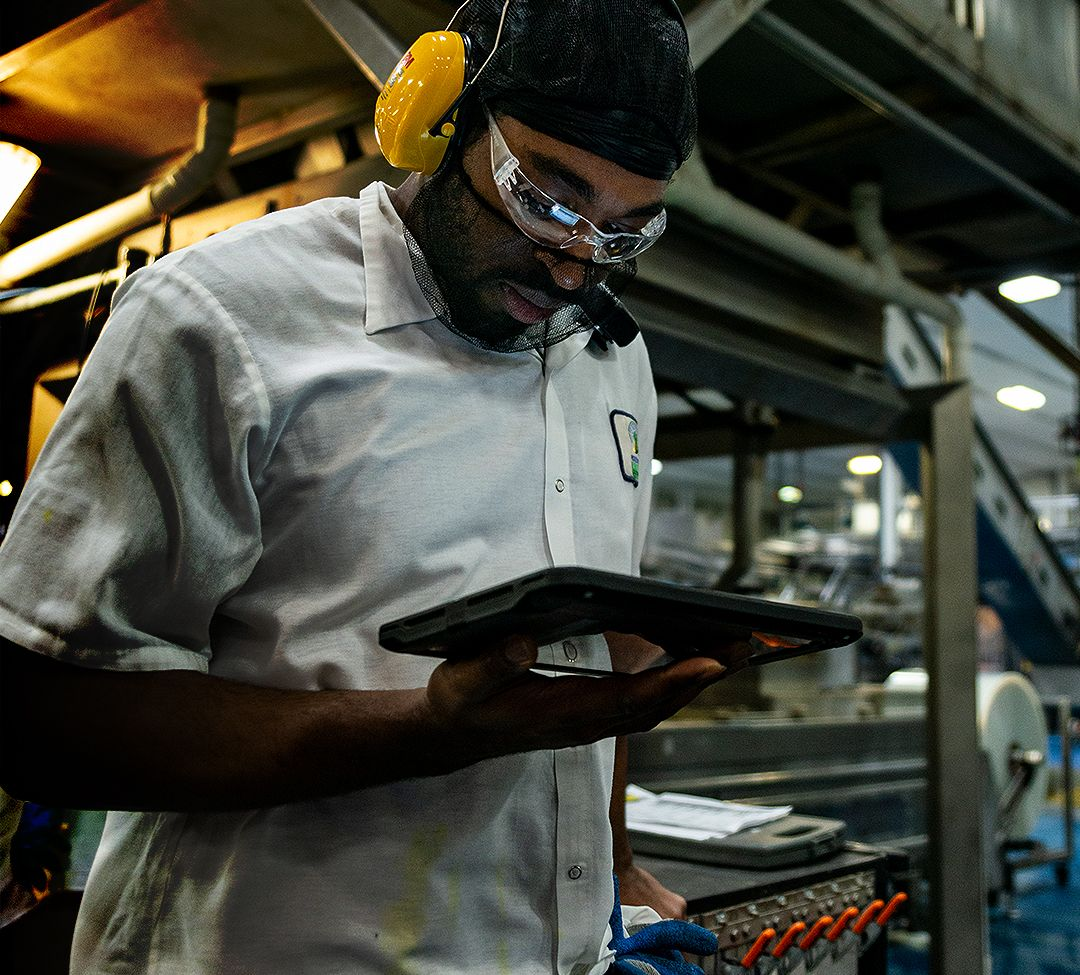 Manufacturing Worker Using IIoT and Analytics on their Mobile Device